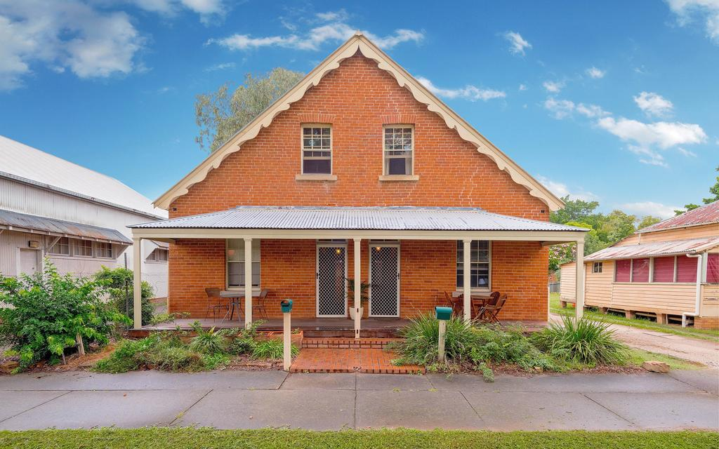 Eliza 1875 Red Brick Duplex Townhouse - Sydney Tourism