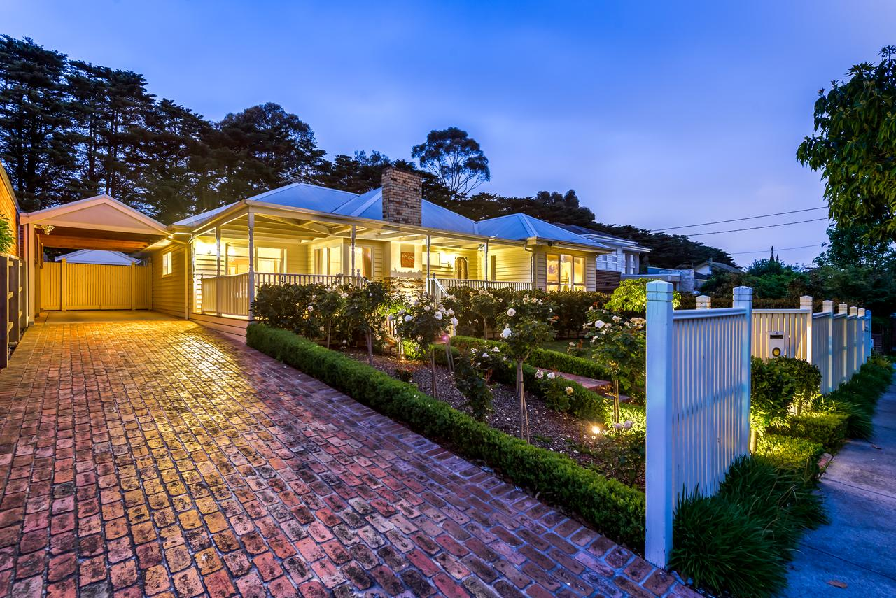 Lovely 5BR full house in Glen Waverley walk to train bus  shops - Sydney Tourism